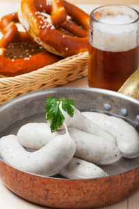 bavarian veal sausages with pretzelの写真素材 [FYI00754157]