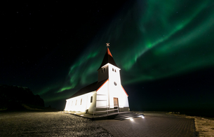 Vik Church Aurora Icelandの写真素材 [FYI00754179]