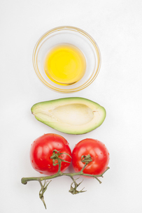 View from above to the tomatoe, avocado, olive oilの写真素材 [FYI00754425]