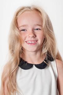 Portrait of happy little girlの写真素材 [FYI00754437]