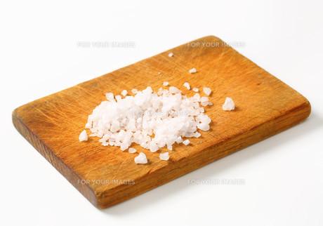 Coarse sea salt on cutting boardの写真素材 [FYI00754440]