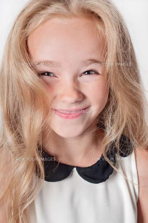 Closeup portrait of happy little girlの素材 [FYI00754443]