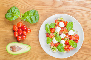 Top view to the salad with avocado and tomatoesの写真素材 [FYI00754447]