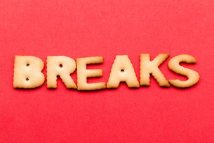 Word breaks biscuit over the red backgroundの写真素材 [FYI00754844]