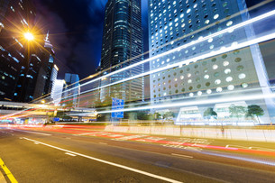 Busy traffic in Hong Kong at nightの写真素材 [FYI00754872]