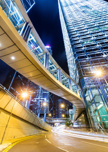 Hong Kong financial district with busy traffic at nightの写真素材 [FYI00754882]