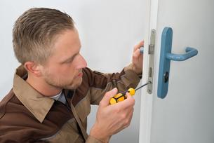 Carpenter Repairing Door Lockの写真素材 [FYI00754932]
