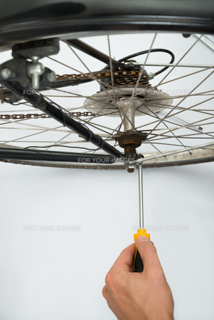 Person Repairing Bicycle Wheelの素材 [FYI00754936]