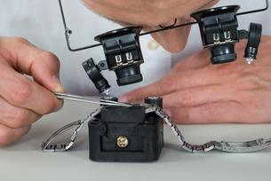 Watchmaker Repairing Wrist Watchの写真素材 [FYI00754942]