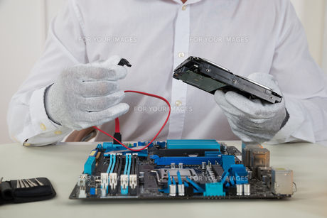 Technician With Motherboard And Harddiskの素材 [FYI00754961]