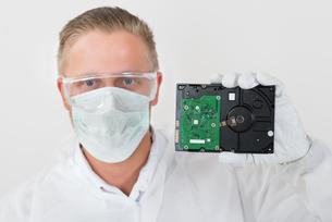 Repairman Showing Harddiskの写真素材 [FYI00754962]