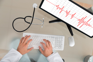 Doctor With Computer Showing Cardiogramの写真素材 [FYI00754968]