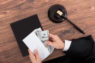 Judge Removing Money From Envelopeの写真素材 [FYI00754970]