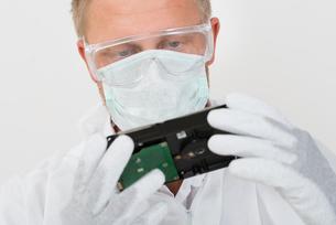 Man Holding Harddiskの写真素材 [FYI00754973]