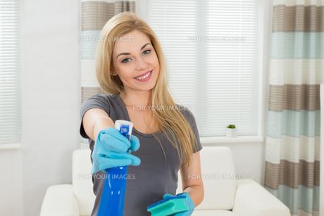 Woman With Sponge And Spray Bottleの写真素材 [FYI00755001]