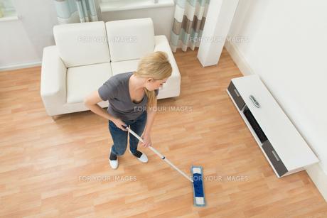 Woman Mopping Floorの写真素材 [FYI00755003]