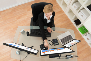 Businesswoman Analyzing Financial Data And Chart On Computerの写真素材 [FYI00755024]