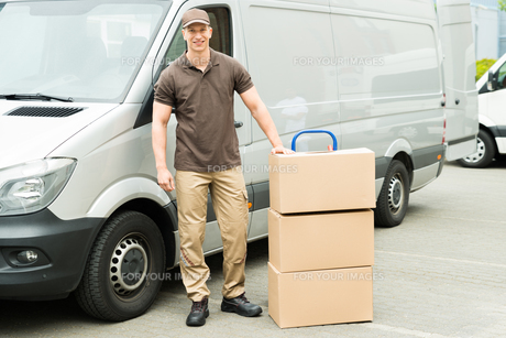 Delivery Man With Cardboard Boxesの写真素材 [FYI00755043]