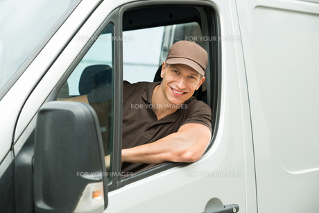 Delivery Man Driving Vanの写真素材 [FYI00755052]