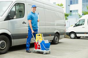 Cleaner In Front Of Van With Cleaning Equipmentsの写真素材 [FYI00755057]