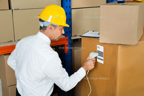 Manager Scanning Cardboard Box With Barcode Scannerの写真素材 [FYI00755078]