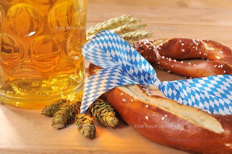 bayerische oktoberfestbreze with beerの写真素材 [FYI00755100]