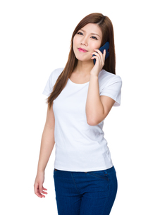 Woman talk to cellphoneの写真素材 [FYI00755104]