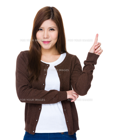 Young woman with finger point upの素材 [FYI00755126]