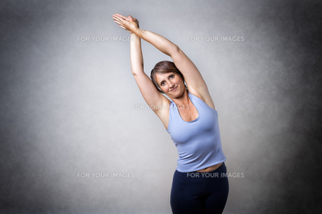 Middle aged woman doing stretchingの写真素材 [FYI00755169]