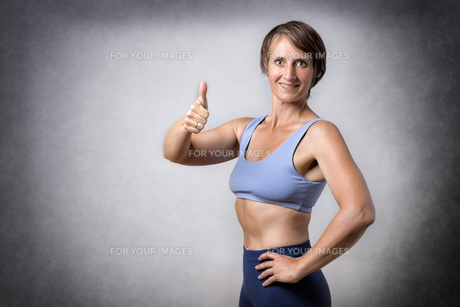 Middle aged woman with thumb upの写真素材 [FYI00755171]
