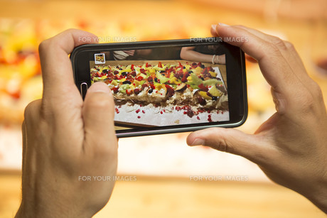 Taking a picture of the dessertの写真素材 [FYI00755368]