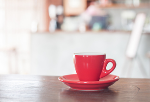 Red coffee cup on wooden tableの写真素材 [FYI00755370]