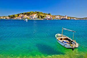 Turquoise beach and boat in Rogoznicaの写真素材 [FYI00755489]