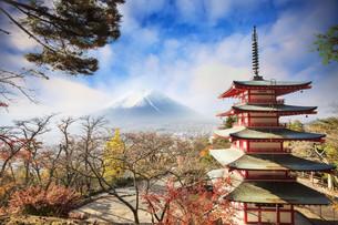 Mt. Fuji with fall colors in Japan.の写真素材 [FYI00755641]