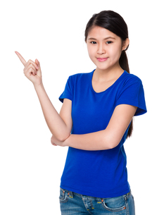 Young woman with finger pointing upの素材 [FYI00755708]