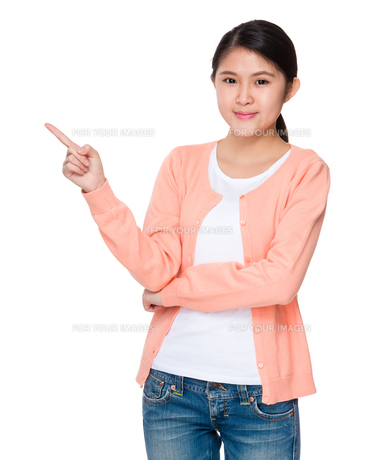 Young woman showing finger upの素材 [FYI00755759]