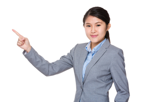 Businesswoman with finger point upの素材 [FYI00755784]