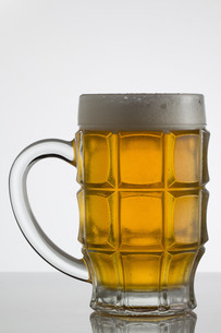 Glass of beer on white backgroundの写真素材 [FYI00755871]