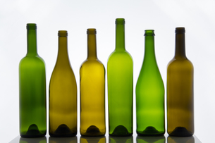 Empty bottles of wine on white backgroundの写真素材 [FYI00755877]