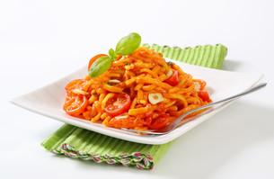 Spaetzle in garlic tomato sauceの写真素材 [FYI00755997]