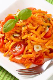 Spaetzle in garlic tomato sauceの写真素材 [FYI00756004]