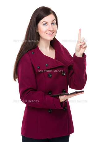 Brunette woman with finger point upの素材 [FYI00756345]
