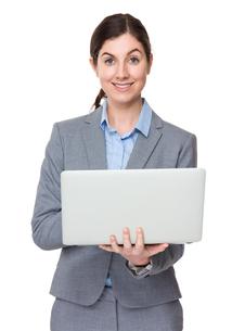 Caucasian businesswoman use of laptop computerの写真素材 [FYI00756355]
