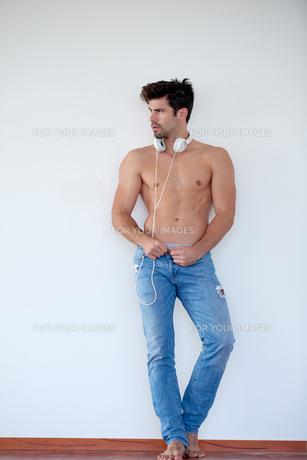 handsome young man listening music on headphonesの写真素材 [FYI00756407]