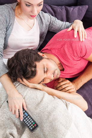 young couple man woman relax on the couchの写真素材 [FYI00756569]