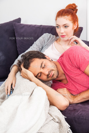 young couple man woman relax on the couchの写真素材 [FYI00756571]