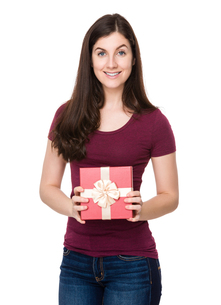 Caucasian woman show with gift boxの写真素材 [FYI00756652]