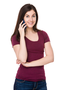 Brunette woman chat on mobile phoneの写真素材 [FYI00756657]