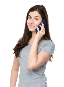 Caucasian woman talk to cellphoneの写真素材 [FYI00756667]