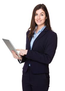 Caucasian businesswoman use of tabletの写真素材 [FYI00756696]